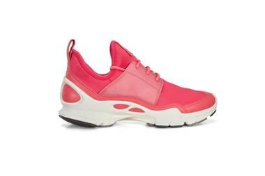 """Pretty in Pink: Die Schuhmarke Ecco bringt mit der """"Ecco Biom C Limited Edition"""" eine futuristisch anmutende Sneaker-Kollektion auf den Markt, bei der das weltweit erste transparente Leder mit Neopren-Obermaterial und knalligen Neon-Farben kombiniert wird. Ca. 250 Euro."""
