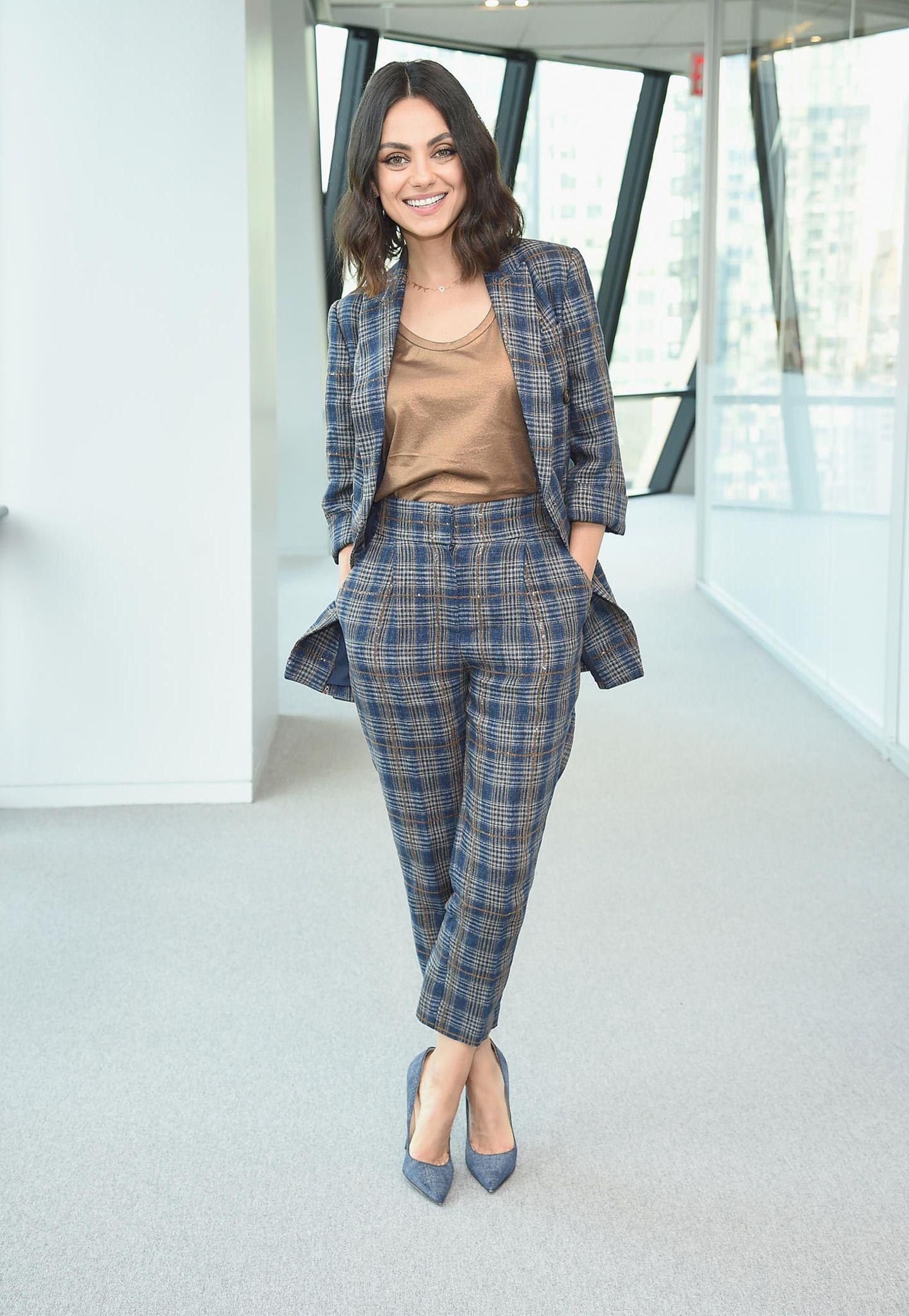 2018  Kein Kleid, dafür aber ebenso stylisch: Mila Kunis im karierten Hosenanzug.