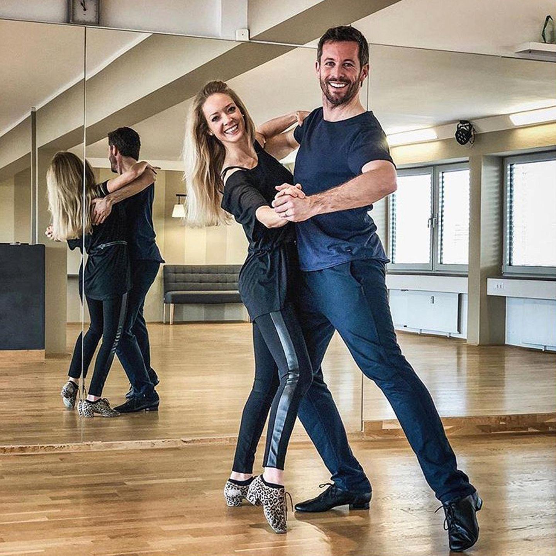Richtig Spaß beim Training scheinen Jan Hartmann und Katharina Drescher zu haben. Jans Tanzpartnerin Renata Lusin wird sich freuen, dass er schon vorher fleißig geübt hat.