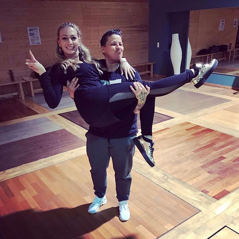 Kerstin Ott trägt ihre Tanzpartnerin Regina Luca auf Händen.