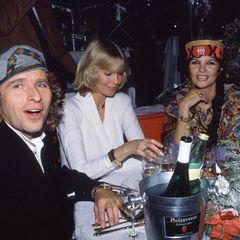 Mit auffälliger Kopfbedeckung besuchen Thomas und Thea Gottschalk (2.v.r.) einBenefiz-Dinner zugunsten Russlands in München im Jahr 1990 (hier zusammen mit Mirja und Gunter Sachs).