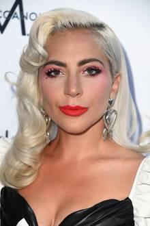 """Bei den """"Daily Front Row Fashion Awards"""" trägt Lady Gaga den wohl wertvollsten Eyeliner überhaupt. Ihr Lidstrich ist mit feinen Kristallen beklebt, die den rosa-roten Gesamtlook edel unterstreichen. Wow!"""