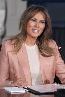 "In einem pfirsichfarbenen Powersuit von Emilio Pucci leitet First Lady Melania Trump einen Businesstermin ihrer ""Be Best""-Jugendkampagne."