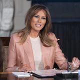 """In einem pfirsichfarbenen Powersuit von Emilio Pucci leitet First Lady Melania Trump einen Businesstermin ihrer """"Be Best""""-Jugendkampagne."""