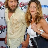 Auch als sich Brad Pitt in 2002 die Haare wachsen lässt, stylt er sie immer passend zu Jennifers Look. Mal sind sie eher wellig wie ihre...