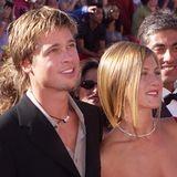 Die Haare nach rechts gestylt und noch etwas heller - bei den Oscars in 2000 treten Brad und Jennifer mit einem neuen Partnerlook auf.