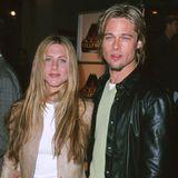 Mittelscheitel undmittelblond - Brad Pitt sindalle Mittel recht, um so wie seine Jennifer auszusehen. Da dürfen dann auch schon einmal Strähnchen ins sonst dunklere Haar gesetzt werden.