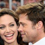 """Als Angelina Jolie sich helle Strähnchen setzen lässt, scheint Brad Pitt einfach mit zum Friseur gegangen zu sein. """"Machen sie mir die Reste ihrer Farbe gerne ins Haar"""", muss er im Salon gesagt habt. Und zack, hat er den gleichen Ton im Haar."""