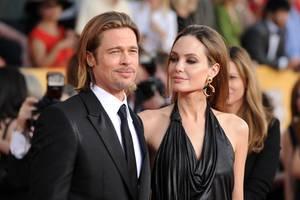 """""""Schatz, hast du einmal dein Gel für mich?"""", muss Brad Pitt seine damalige Ehefrau gefragt haben, nachdem sie sich ihr Haar nach hinten gestylt hat. Bei den SAG Awards 2012 erscheinen die zwei nämlich mit einer ganz schön ähnlichen Frisur. Generell scheinen sie für ihren Red-Carpet-Auftritt sich aufeinander abgestimmt haben."""