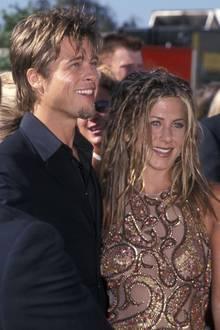 An der Seite von Jennifer Aniston sieht Brad Pitts Haar schon wieder ganz anders aus. Nämlich so wie ihrs. Dunkelblond, in Strähnen und etwas wild - es scheint ganz so, als hätte der Hollywood-HottieJens Friseur aufgesucht.