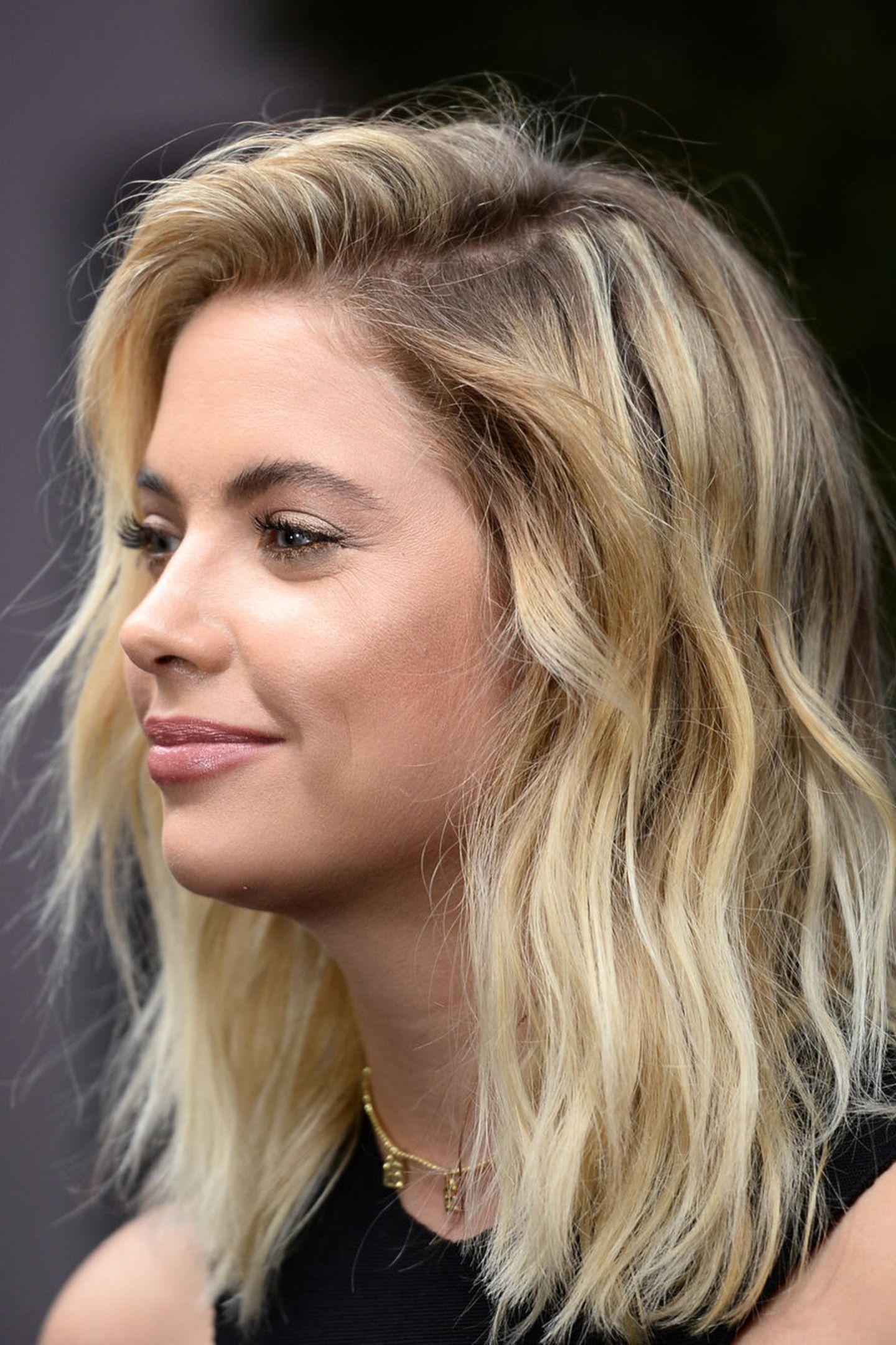 Dunkle kurze haare mit blonden strähnen