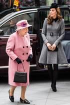 Sieben Jahre ist es her, dass Herzogin Catherine alleinemitQueen Elizabeth einen offiziellen Auftritt hatte. Nun besuchen sie gemeinsam das King's College in London. Während die Queen farbenfroh in Pink erscheint, hält sich Kate farblich zurück. Sie trägt ein hübsches, knielanges Kleid des Labels Catherine Walker und sieht einfach bezaubernd aus ...