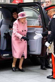 Nicht nur modisch hält sich Herzogin Catherine zurück, auch lässt sie Queen Elizabeth selbstverständlich den Vortritt beim Verlassen des Autos und wartet geduldig auf ihren eigenen Auftritt. Verstecken muss Kate sich in diesem Look nämlich ganz und gar nicht!