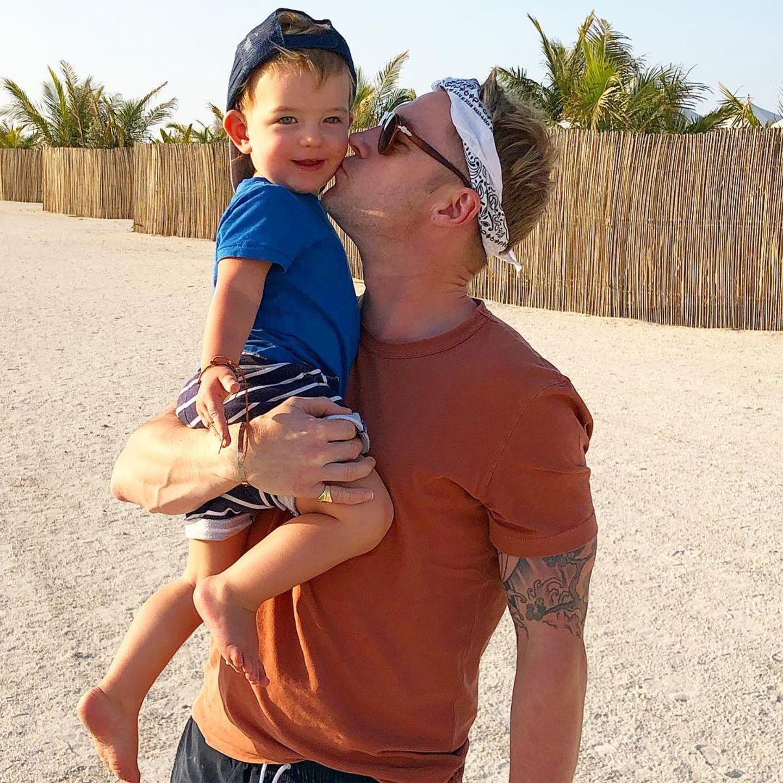 """21. Februar 2019  """"Beach boys"""", postet Storm Keating zu dem süßen Foto ihres Sohnes und Ehemannes."""
