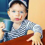 18. März 2019  Klein Coopers blaue Augen strahlen in die Kamera, während er seinen Babyccino schlürft.