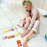 12. März 2019  Spaß im Pyjama: Storm Keating und ihr Sohn Cooper puzzlen auf dem Fußboden.