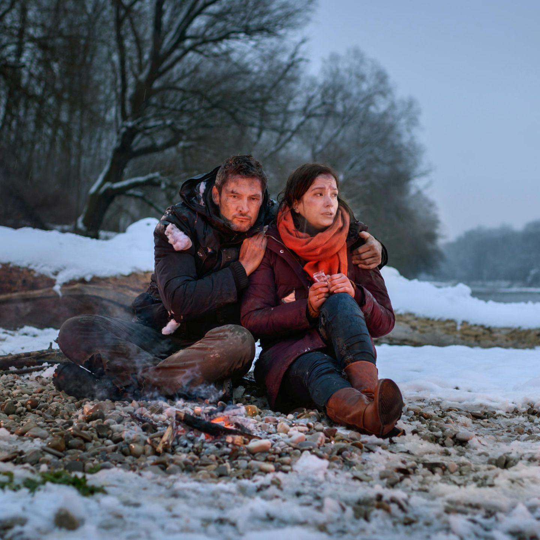 """""""Sturm der Liebe"""":Christoph (Dieter Bach, l.) und Eva (Uta Kargel, r.) harren im Freien aus (Folge 3136, voraussichtliche Ausstrahlung am 30. April 2019)."""