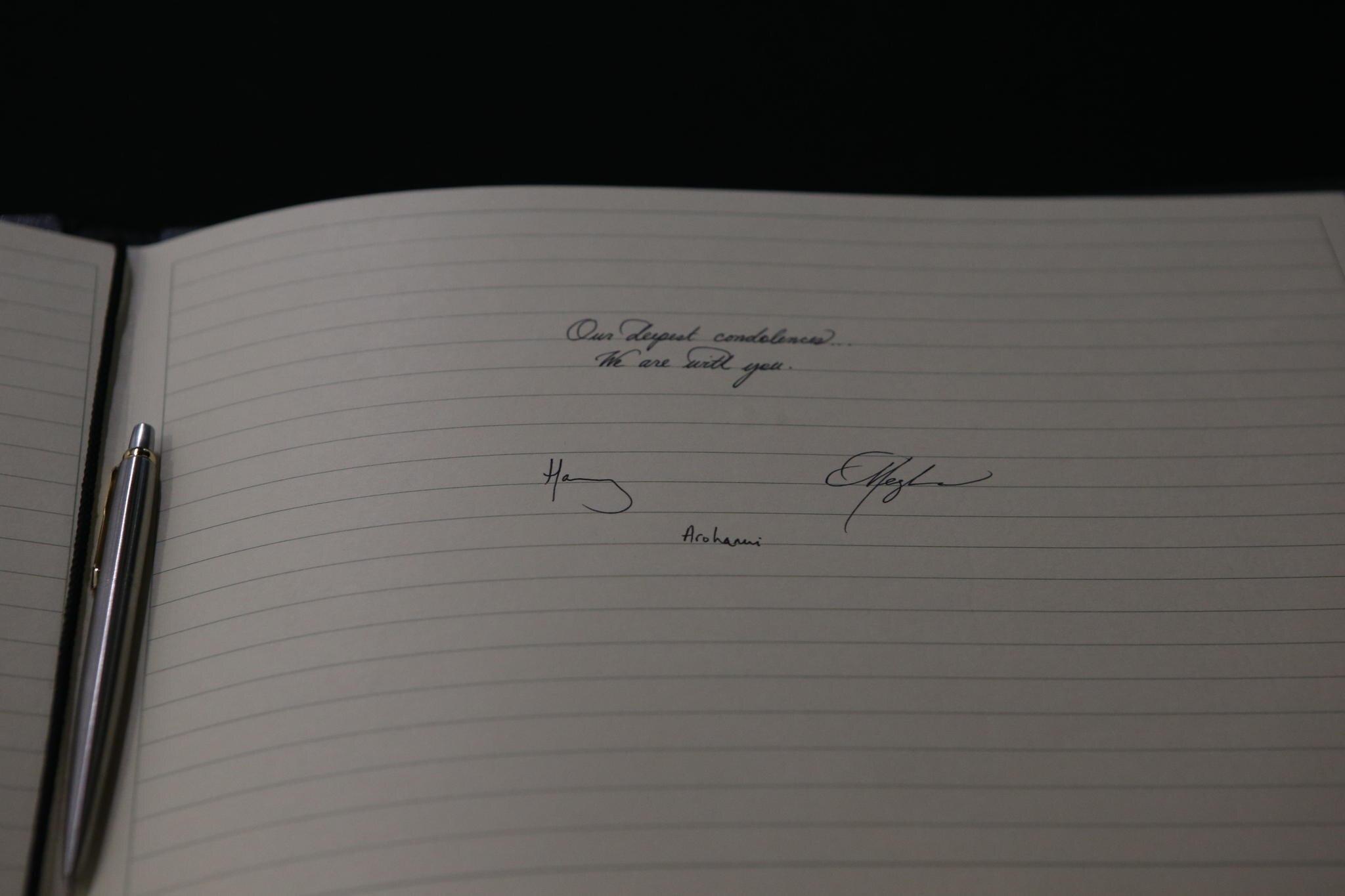 Die Nachricht von Prinz Harry und Herzogin Meghan im Kondolenzbuch.