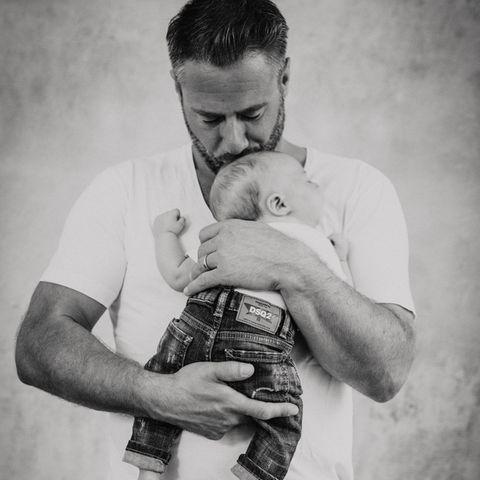 """Kleines großes Wunder: Behutsam hält Sänger Sasha seinen """"Baby Boy"""", der am 18. November 2018 geboren wurde"""