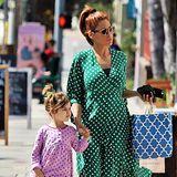 Ein seltenes Bild - und dann auch noch ein so schönes: Eva Mendes spaziert zusammen mit Töchterchen Esmeralda durch die Straßen von Los Angeles. Die Vierjährige hat ihren guten Modegeschmack offensichtlich von Mama geerbt.