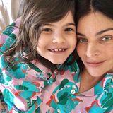 """Julia Restoin-Roitfeld und ihre Tochter Romy, 6, sind sich wie aus dem Gesicht geschnitten. Im gleichen Pyjama kuscheln die beiden für ein Instagram-Foto, """"Mädels-Wochenende"""", schreibt sie unter den Post."""