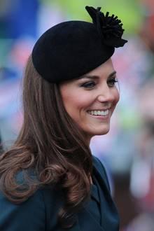 Die schwarze Kopfbedeckung mit Blume setzt die tollen Haare der Dreifach-Mama perfekt in Szene und passt gut zu beiden Outfits. Trotzdem ist es sehr unwahrscheinlich, dass Catherine bei ihrem zweiten Auftritt mit der Monarchin zufällig zum gleichen Fascinator greift. Ob der Queen dieses süße Detail aufgefallen ist?