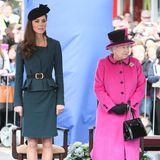 Bei ihrem ersten Auftritt an der Seite von Queen Elisabeth - ohne Prinz William - im März 2012 begeistert Kate in einem petrolfarbenen Ensemble. Wer genau hinschaut, sieht, dass sie auch bei diesem Termin den schwarzen Fascinator von Sylvia Fletcher trägt...