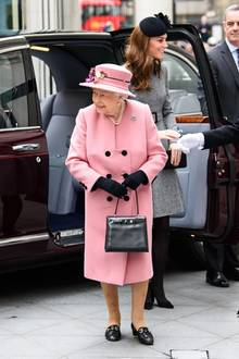 Herzogin Catherine und die Queen absolvieren ihren zweiten Auftritt Seite an Seite: Während sich Kate in einem grauen Mantel von Catherine Walker im Hintergrund hält, leuchtet die Königin in Rosa.