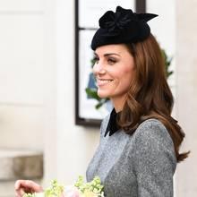 Zu ihrem grauen Kleid mit schwarzem Kragen kombiniert Herzogin Catherine einen schwarzen Fascinator von Sylvia Fletcher. Sie erinnert damit an ihren ersten Auftritt mit der Queen, der über sechs Jahre zurück liegt.