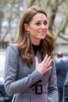 Es würde nicht wundern, wenn selbst andere Prinzessinnen sich in Sachen Mode etwas von Herzogin Catherine abschauen! Sie trägt am gleichen Tag für einen Termin in London ebenfalls ein graues Kleid mit Kragen und Gürtel. Ihr Model stammt aus der Feder von Designerin Catherine Walker.