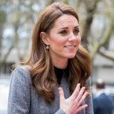 Es würde nicht wundern, wenn selbst andere Prinzessinnen sich in Sachen Mode etwas von Herzogin Catherine abschauen! Sie trägt am gleichen Tag für einen Termin in London ebenfalls ein graues Kleid mit Kragen und Gürtel. Ihr Modell stammt aus der Feder von Designerin Catherine Walker.