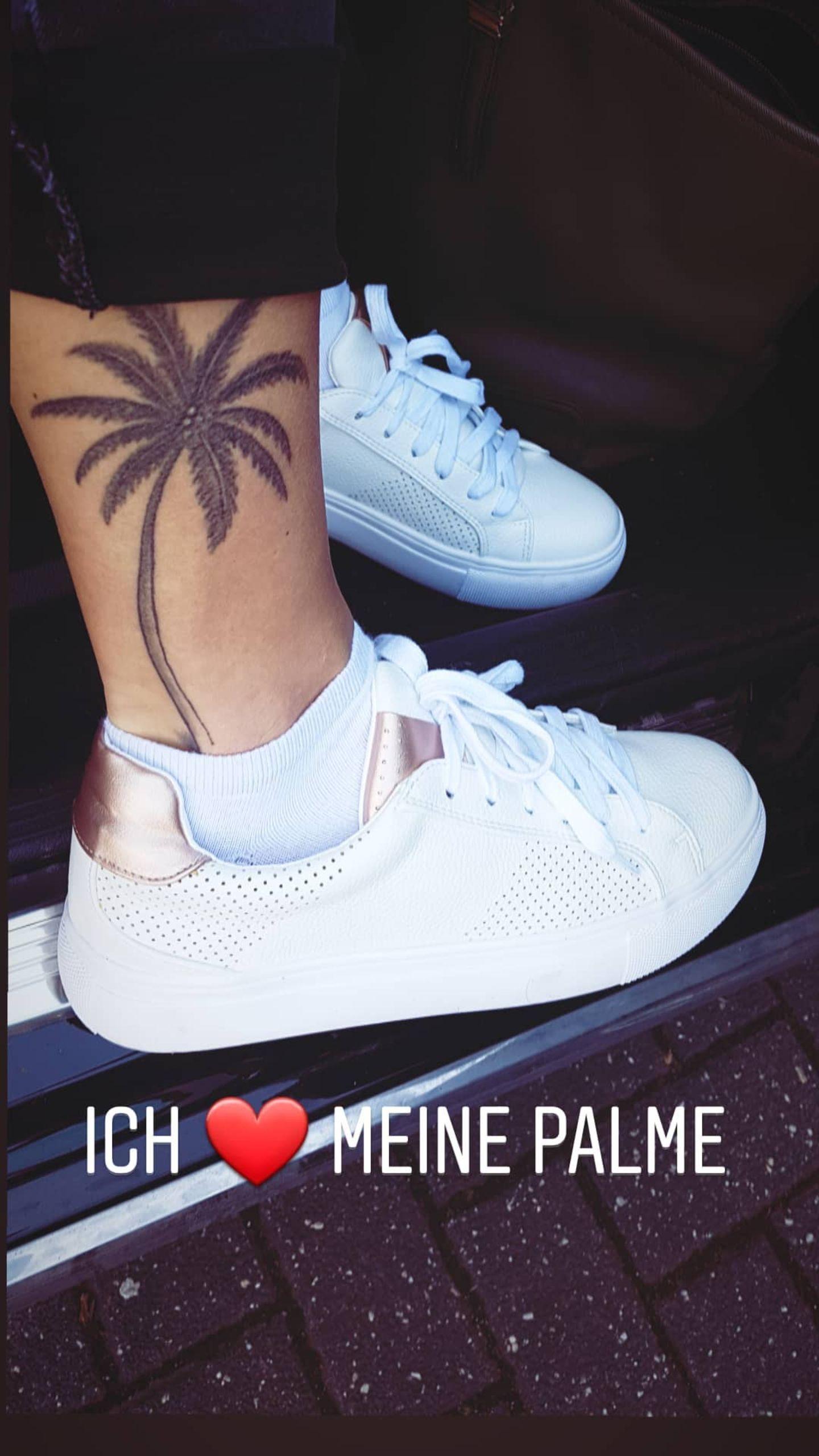 """Wer hier seine Palme liebt?  Die """"Bachelor""""-Gewinnerin 2019, Jennifer Lange, die fortan nun auch den Ex-BasketballprofiAndrej Mangold liebt. Neben ihrer Kurzhaarfrisur gehört ihr Palmen-Tattoo am rechten Bein zur ihren Markenzeichen."""