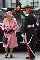 Queen Elizabeth (l.) und Herzogin Catherine (r.) kommen am 19. März 2019 in London zum King's College.