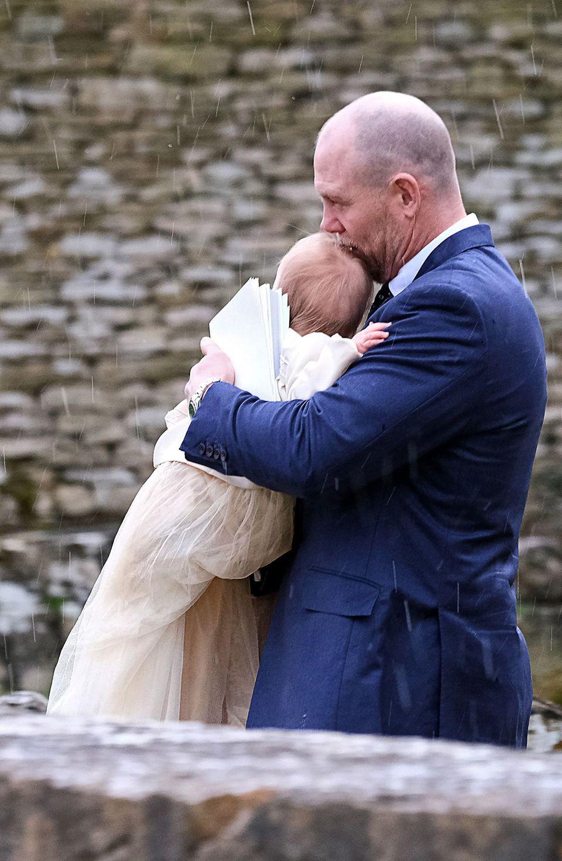 17. März 2019  Papa Mike Tindall hält seine in das traditionelle Taufkleid gekleidete Tochter Lena.
