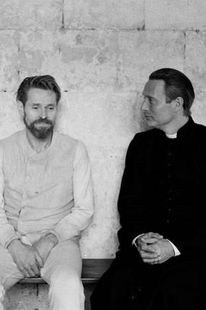 Vincent van Gogh (Willem Dafoe) (l.) spricht mit einem Priester (Mads Mikkelsen) über seine Misserfolge als Maler