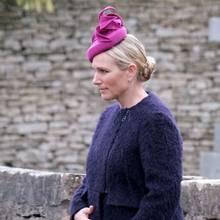 Für die Taufe ihrer Tochter Lena zeigt sich Zara Tindall in einem lila Mantel und mit pinker Kopfbedeckung. Auffällig ist, dass sie sich immer wieder den Bauch streichelt - in Zeiten, in denen die Gerüchte um ein weiteres Baby anhalten, sehr verdächtig!