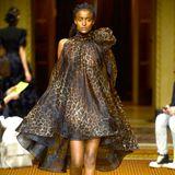 Auf dem Runway in New York flattert das Kleid ebenfalls. Auch das schlanke Model macht in dem Kleid eine tolle Figur. Auffällig ist jedoch, dass dasfließendeMaterial an ihr sehr viel mehr Falten wirft - gerade an der Körpermitte.