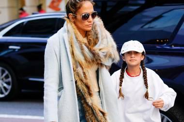 New York gehört zu den aufregendsten Shopping-Metropolen der Welt – das weiß auch Jennifer Lopez und gönnt sich mit Tochter Emme einegroße Runde durch die beliebtesten Klamottenläden. Hierfür tauscht die Sängerin auch extra ihre High Heels gegen bequeme Sneaker von Alexander McQueen. In Sachen Style ist auch schon die kleine Emme ganz vorne mit dabei ...