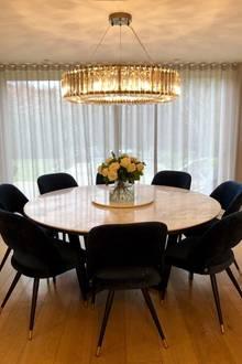 """""""Britain's Got Talent""""-Jurorin Amanda Holden zeigt ihr stilvolles, neu eingerichtetes Esszimmer. Der runde Marmortisch von Rock Farbications, eine Einzelanfertigung, wird nur noch von dem opulenten Kronleuchter von Timothy Oulton übertroffen, der knapp5800 Euro gekostet haben soll."""
