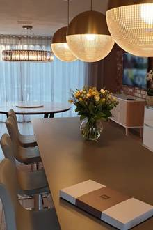 """Auch die Küche von Amanda Holden und ihrer Familie erstrahlt in neuem Glanz - dank der runden Deckenleuchten, die an Discokugeln erinnern. Das Modell heißt """"Lens Flair"""", stammt vom Label Lee Broom und kostet pro Stück schlappe 980 Euro."""