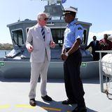 Beim Besuch der Küstenwache in Kingston, St. Vincent plaudert Charles mit einem Offizier.