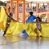 Zum Besuch desbritischen Prinzenpaars wird ein farbenfroher Tanz aufgeführt.