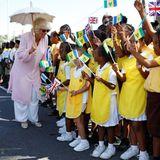 Camilla wird von vielen kleinen Fans begeistert begrüßt.