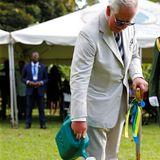 Prinz Charles packt im Botanischen Garten mit an.
