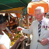 Charles wird auf dem Markt eine Ingwerknolle angeboten.