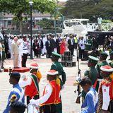 Bei ihrer Ankunft auf Barbados werden Prinz Charles und Herzogin Camilla mit einer Militärparade begrüßt.