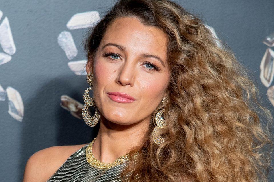 Schauspielerin Blake Lively verleiht ihrer blonde Mähne mit der Dauerwelle zusätzlichen Schwung.