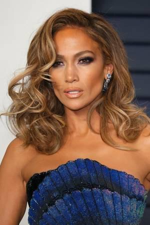 Pop-Diva Jennifer Lopez trägt ihre Haare in dramatischen Wellen.