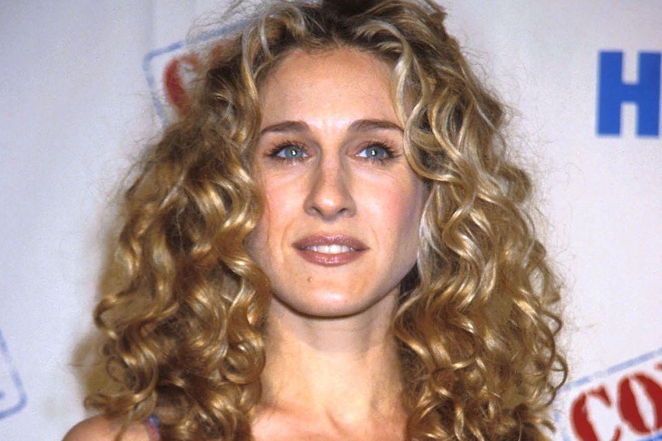"""Der typische """"Carrie-Bradshaw-Look"""": Sarah Jessica Parker brachte die Dauerwelle in den 1990ernin Mode."""