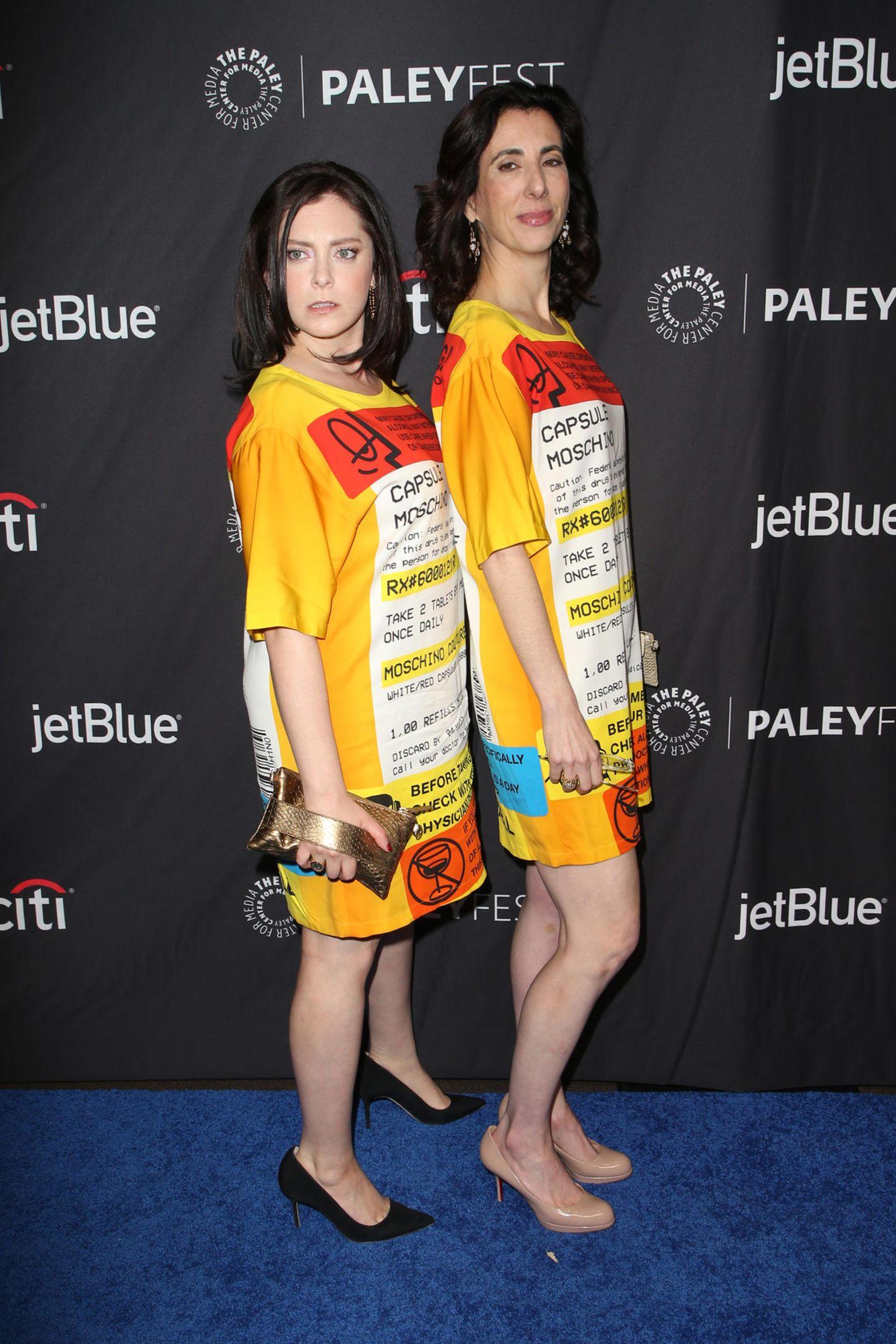 Huch, das doppelte Lottchen in der US-Version! Die Schauspielerin Rachel Bloom kam im gleichen Moschino-Kleid, wie die DrehbuchautorinAline Brosh McKenna. Die beiden können es jedoch mit Humor nehmen und posieren gemeinsam für die Kameras.